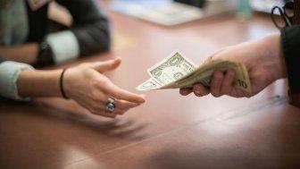 руки держут деньги